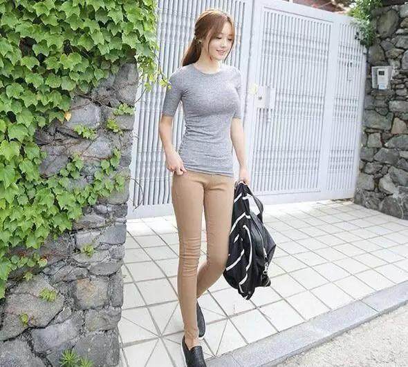 微胖的女人穿紧身裤充满青春时尚