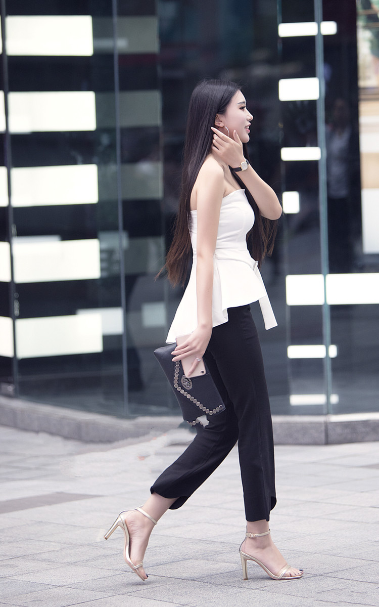 街拍:大长腿美女,侧颜美丽动人,搭配紧身牛仔裤,成熟稳重!
