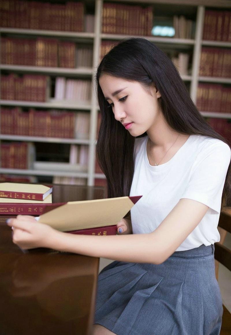 图书馆内的气质中分美女淡雅恬静写真