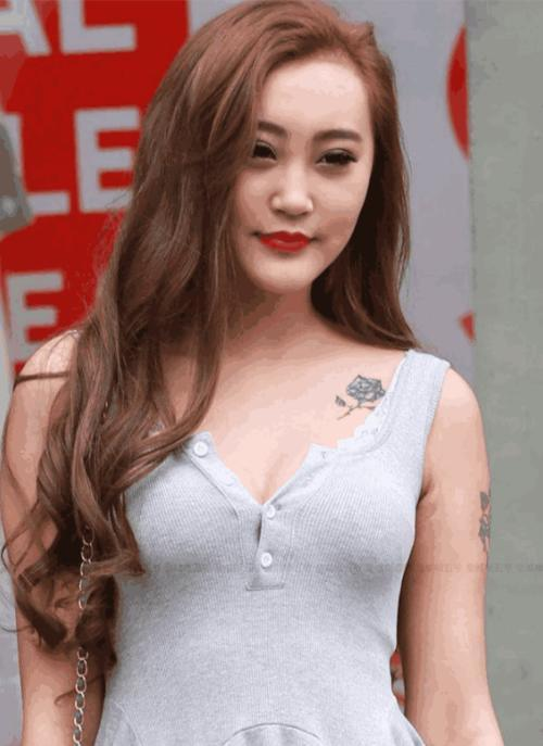 深棕色的长发风韵满满,肩上的纹身显示出她的个性,傲人的上身更让人觉图片