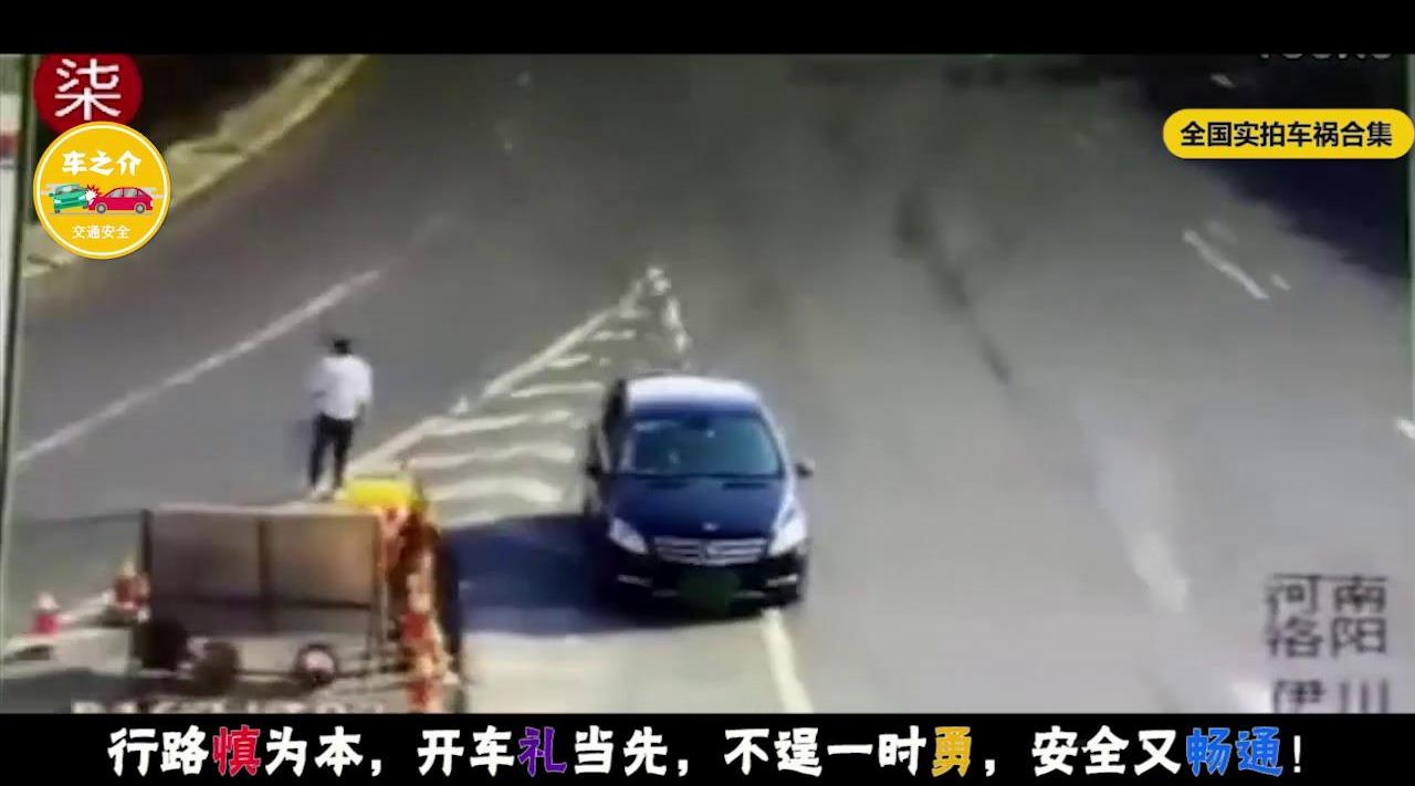 奔驰车高速上遮挡号牌倒车,还敢对着摄像头挑衅,24分拿走不谢