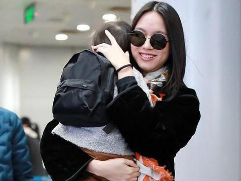 张梓琳抱着胖妹现身机场,网友:大长腿的孩子果然也是大长腿