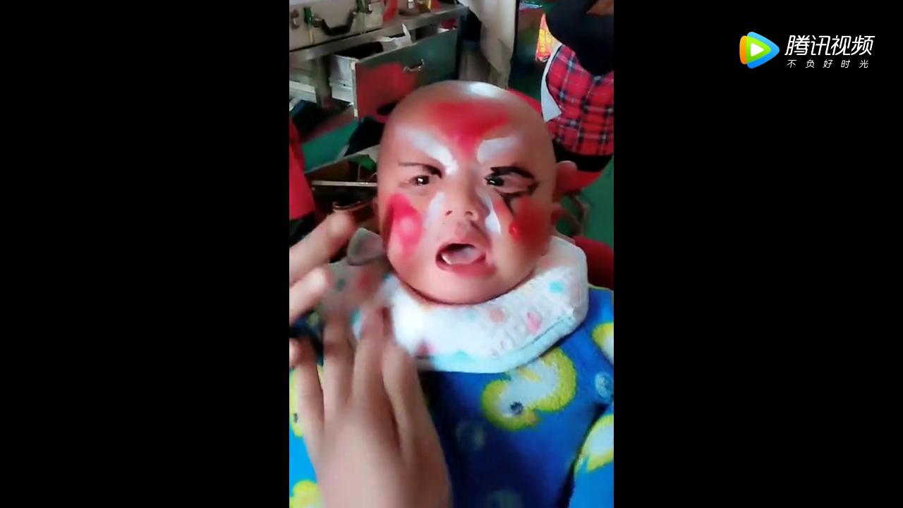 这戏迷奶奶真是走火入魔了吧,孩子都哭成这样了,心疼宝宝!
