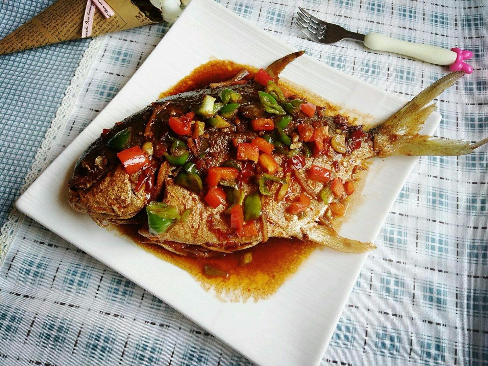 红烧鲳鱼,鲳鱼:1,将蛏子拍上干做法2,锅中放油烧热,将东西放入锅中淀粉干可以蒸什么鲳鱼吃图片