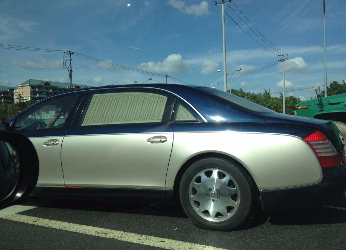 千万级迈巴赫几乎不贴膜,车上窗帘是标配的,一副十几?.