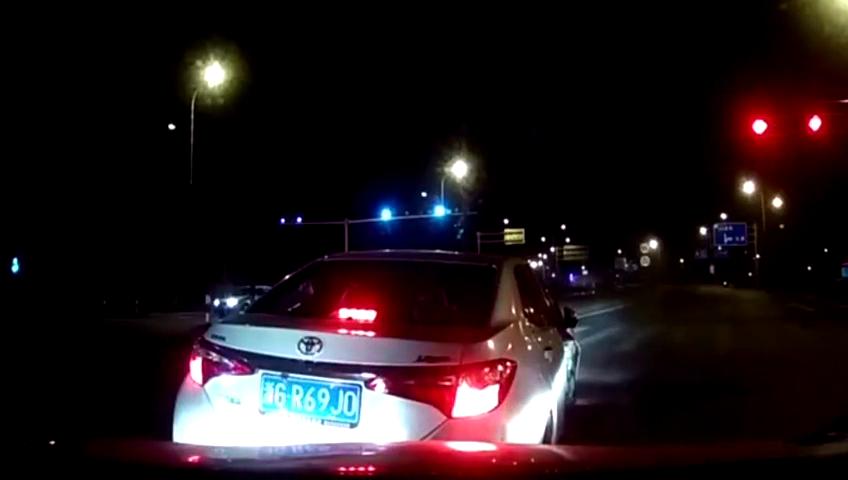 丰田逆行,堵住大众途观坚决不让人走,司机从后备箱拿出了勇气