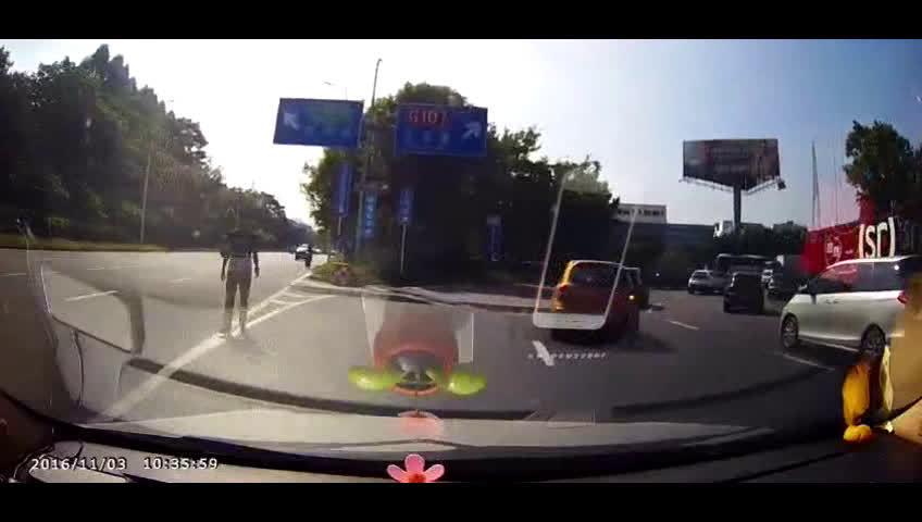 suv违章变道,撞上电动车发生惨烈车祸!!  
