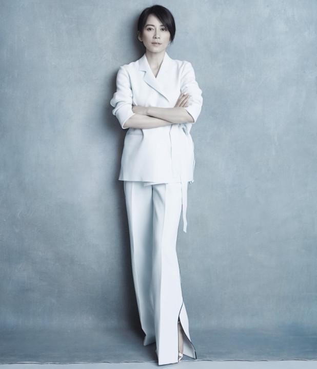 47岁俞飞鸿穿无袖长裙,搭配短发韵味尽显,网友:真好看图片