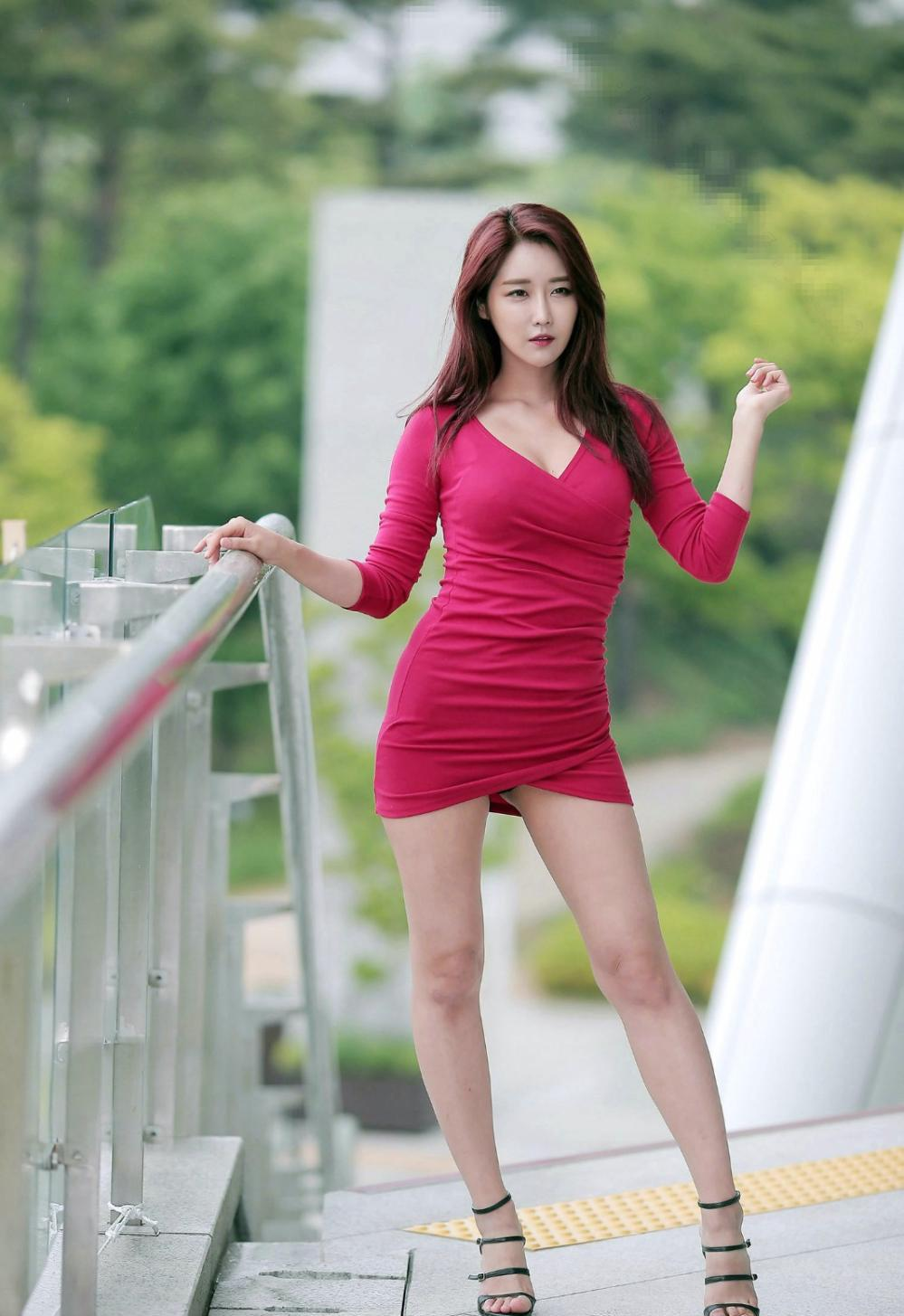 街拍: 红连衣裙的美女|美女|大腿|公园_新浪网
