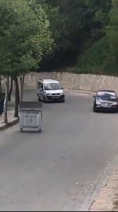 垃圾箱成精,那速腾车技虽好,但依然被远程追击。