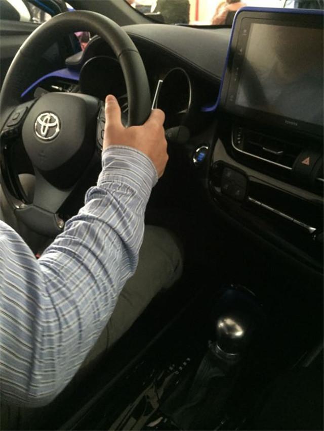 丰田C-HR到店实拍,外形像概念车,用2.0发动机比新雅阁排量大!