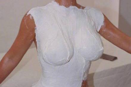 囧哥:放着我喷!卡戴珊推新香水,瓶身设计用自己的身体做倒模