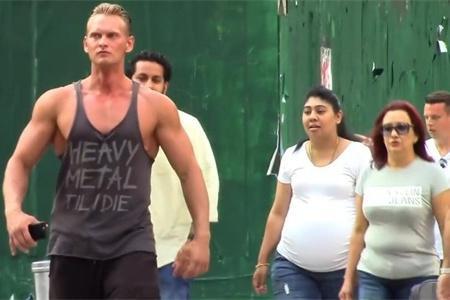 当健身肌肉男穿背心去逛街,路人会有何反应?