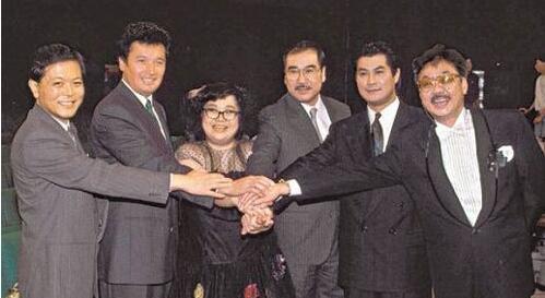 曾香港最红小生,最红时抛弃妻子娶黑道千金,今变成妻奴!