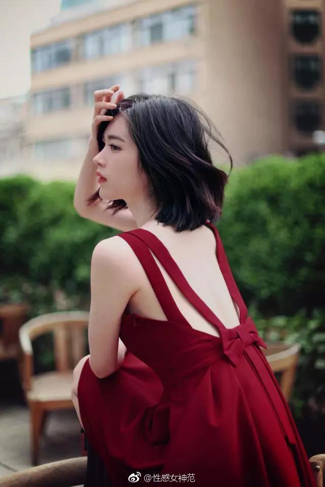 高冷的气质短发女生,背影太过迷人.图片