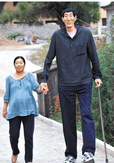 中国第一巨人,娶28岁妻子,不顾医生劝阻生子