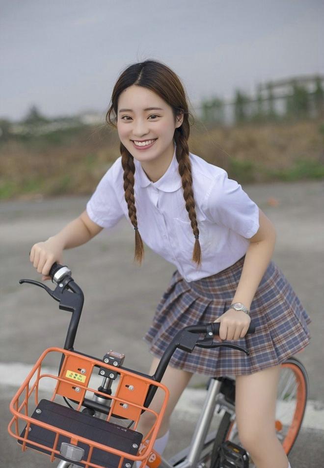 清纯唯美18岁白色户外阳光视频俏皮娇嫩写真美女美女写真阴天图片