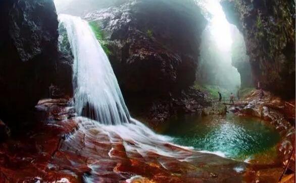 新乡主要的景点有宝泉水库,磨剑峰瀑布,昆山隧道,红石峡,八里沟