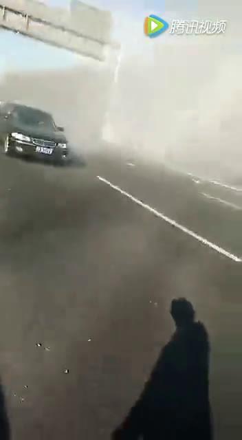 宝马车撞杆起火 公交车司机舍命救人  