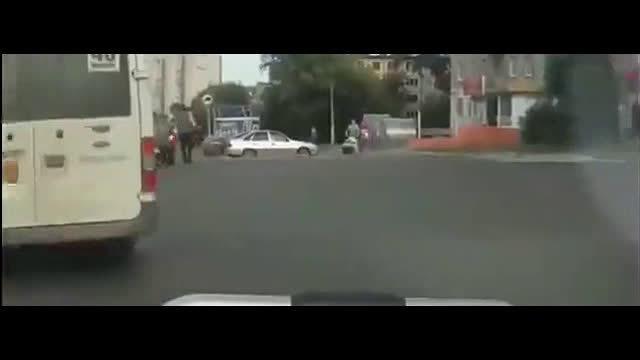 正在等红绿灯,记录仪拍下新手司机愚蠢的22秒  