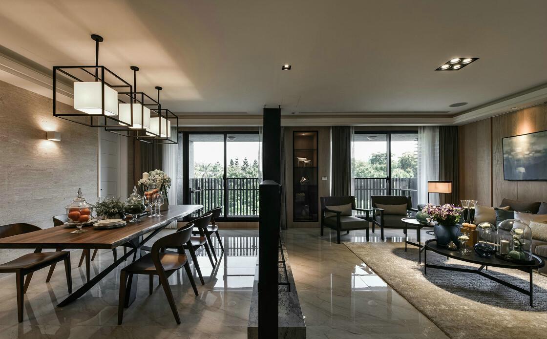 这是一套大户型装修,客厅和餐厅的面积超级大,为了不让房屋显得空荡