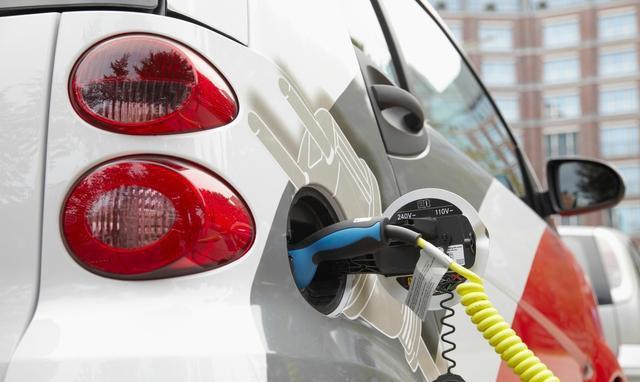 电动汽车:我比电动自行车多两轮