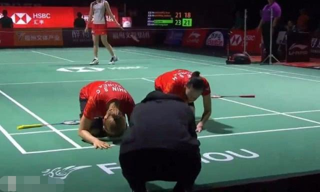 感人!韩国两女将在中公赛夺冠后当场跪地向恩师行大礼