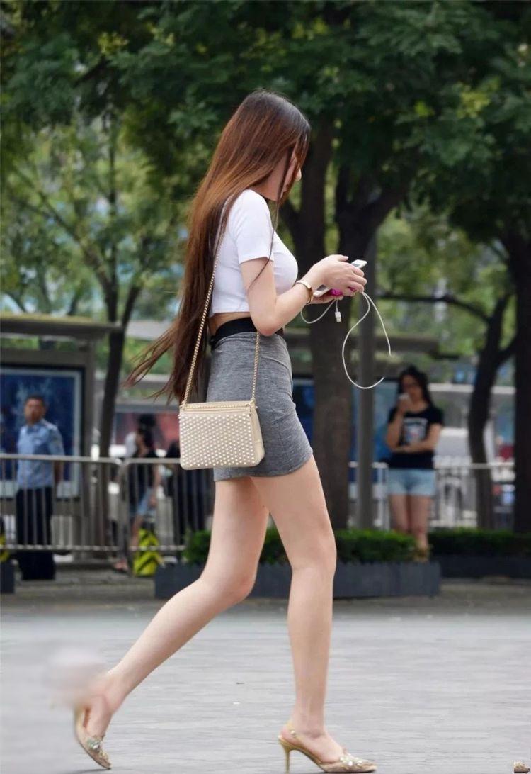 街拍:尖头细跟高跟鞋,大长腿小姐姐,不穿丝袜有气质?图片