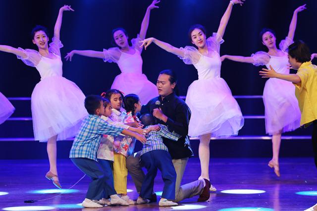 红黄蓝幼儿园艺术团表演舞台剧《守望》为乡村教师点赞