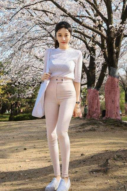 紧身裤显瘦修饰女人丰满身姿, 完美的身姿将魅力显露