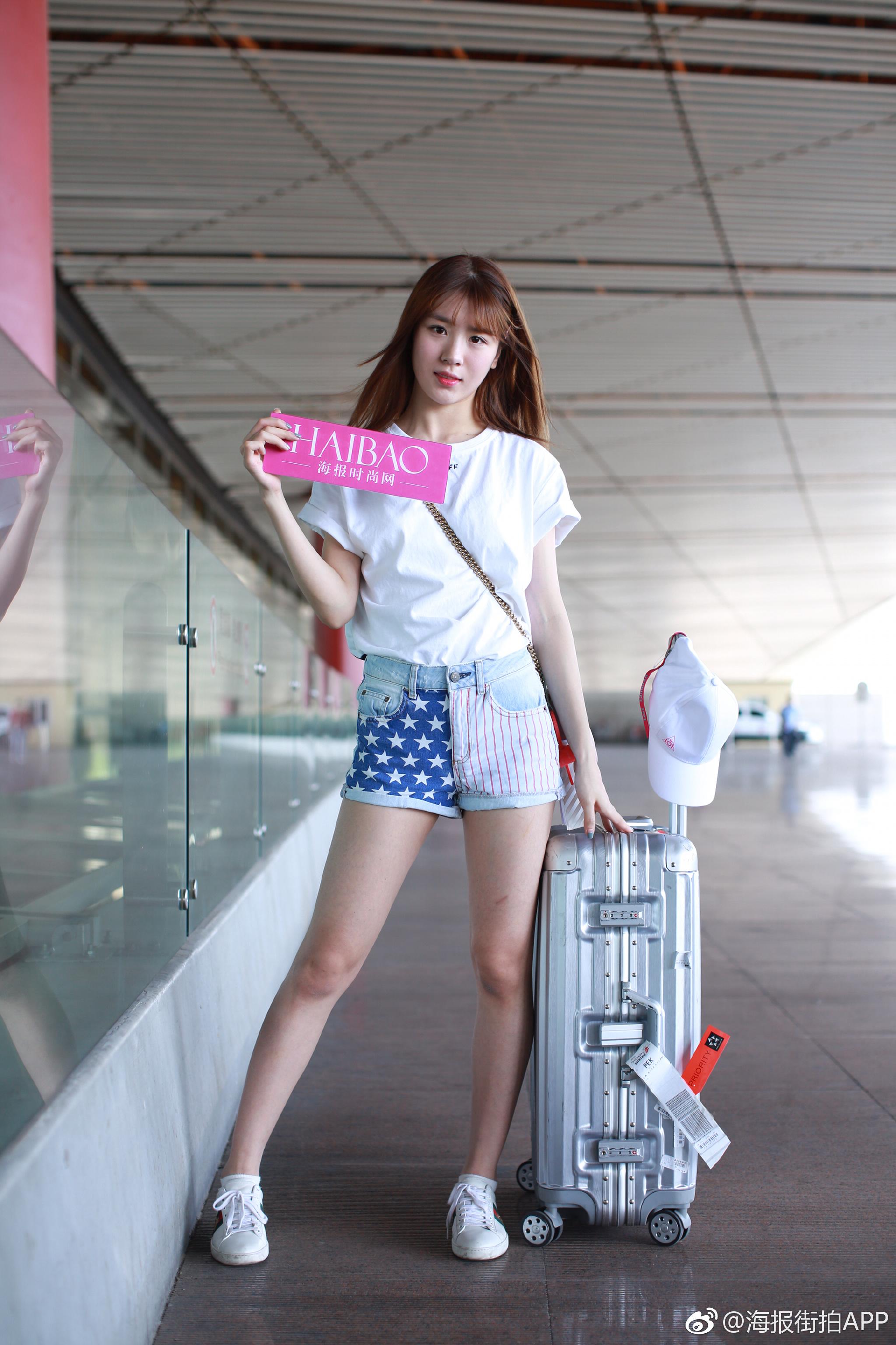 选手机场照,身穿off-white 白色T恤搭配牛仔短裤,看起来轻松活力