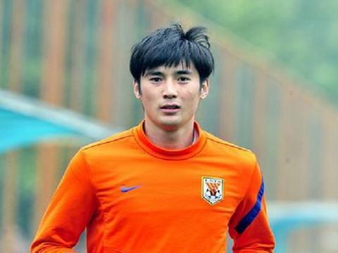 山东鲁能最帅球员耿晓峰现在还踢球吗,他退役了吗?