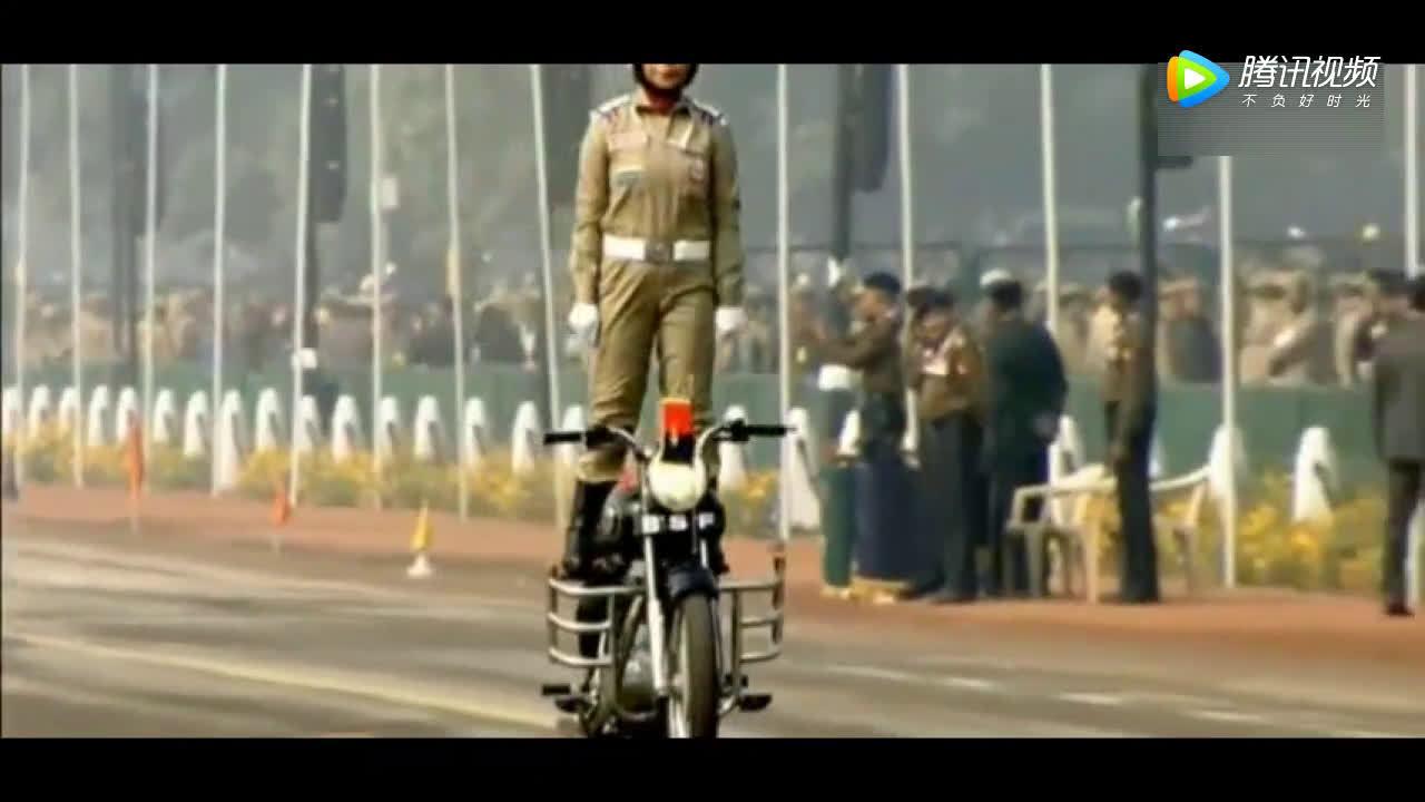 印度开挂,女兵来炫技摩托车特技  