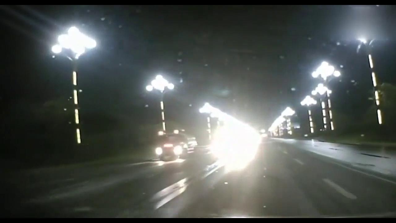 奥迪A4不关远光灯,碰上倔强老司机,3秒后让他吓出一身汗