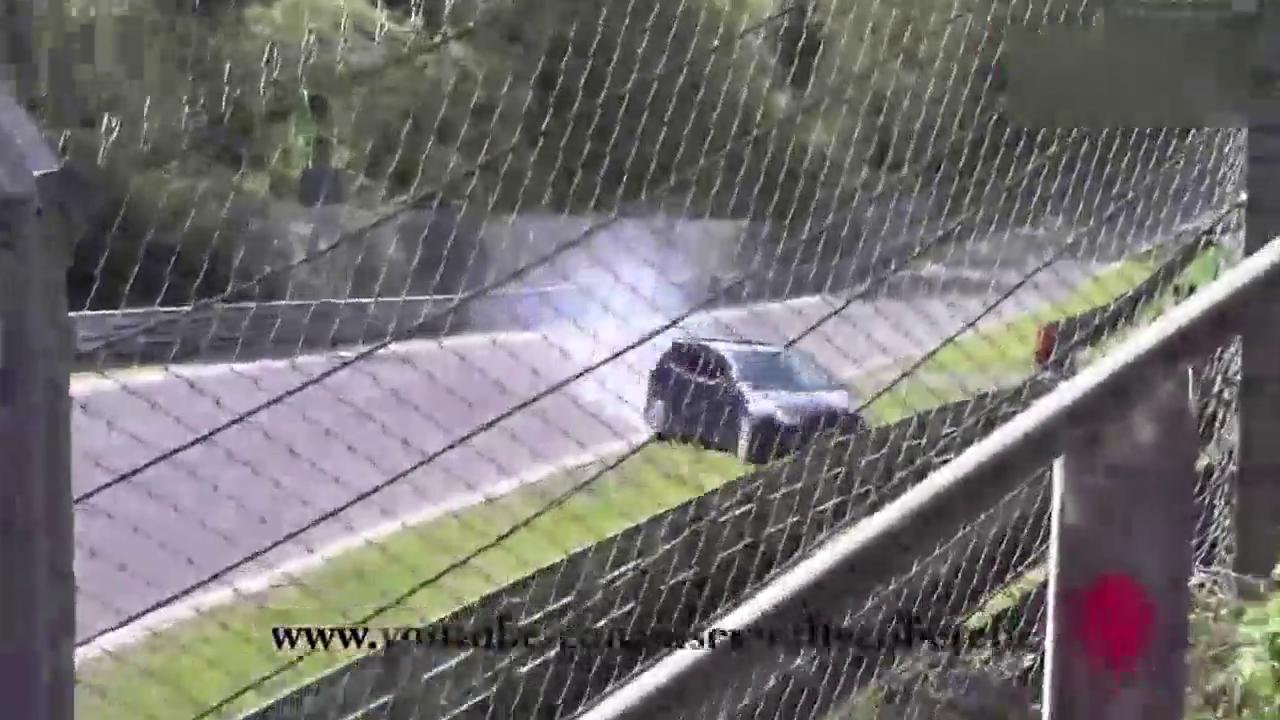 发动机都飞出来了!大众高尔夫GTI 纽伯格林赛道飙车发生车祸