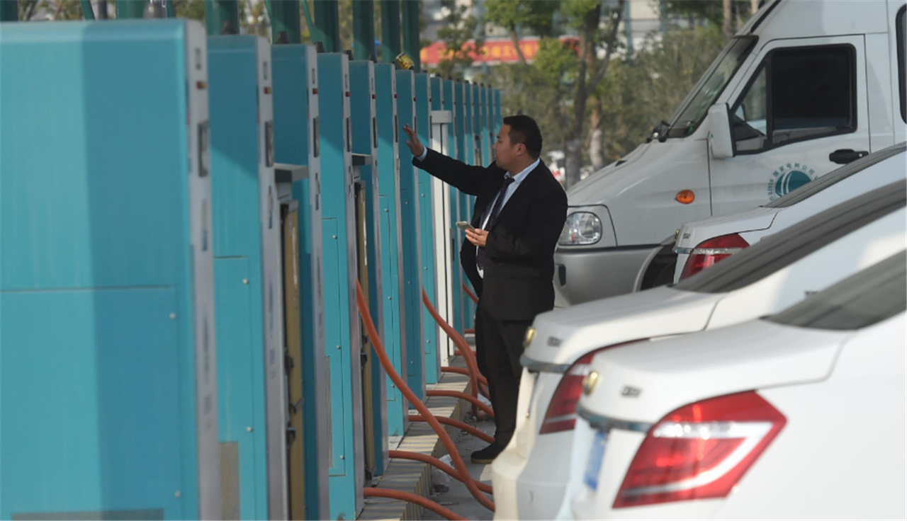 新能源车充电涨价?用车成本相当于燃油车的一半?网友:谁买谁亏