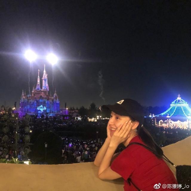 王思聪搂新欢现身迪士尼,女方微博大方晒照不惧流言