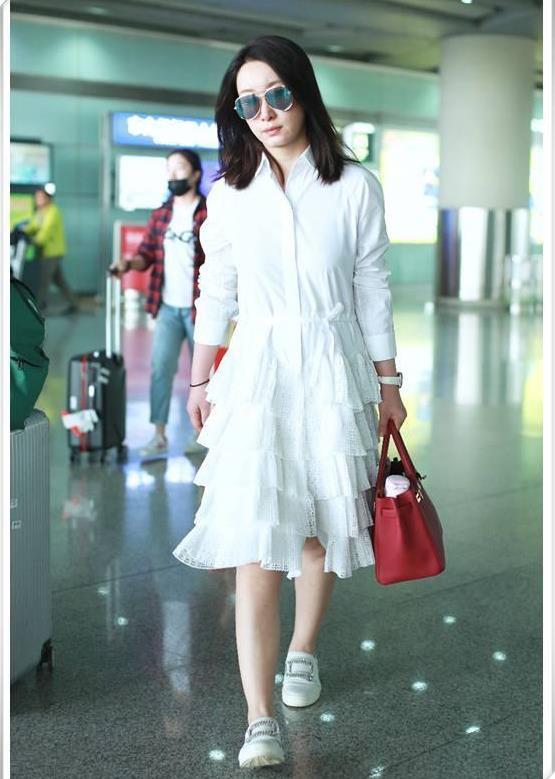 39岁秦海璐和40岁袁泉, 机场街拍同搭白色, 气质差距不止1岁