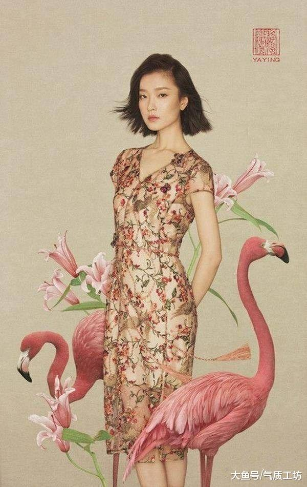 这张照片就是既温柔与浪漫,穿着碎花长裙的杜鹃身形体态都很好.