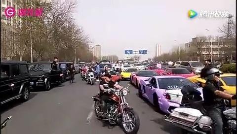 """天津:史上最强马路""""豪车展""""?这车队还不得""""好几亿""""!  ?"""