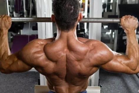 背肌训练好动作:半蹲式高位下拉