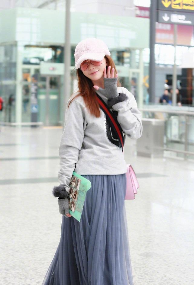 林志玲现身广州机场, 粉色帽子搭配同色包少女感爆棚图片