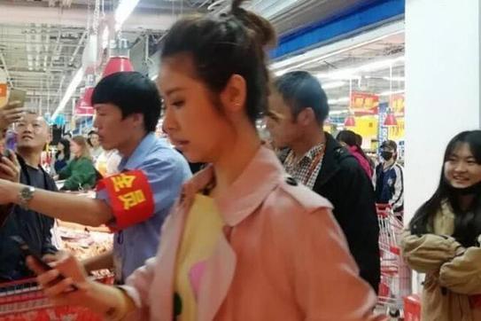 林心如逛超市买菜!求救路人呆萌样全被拍