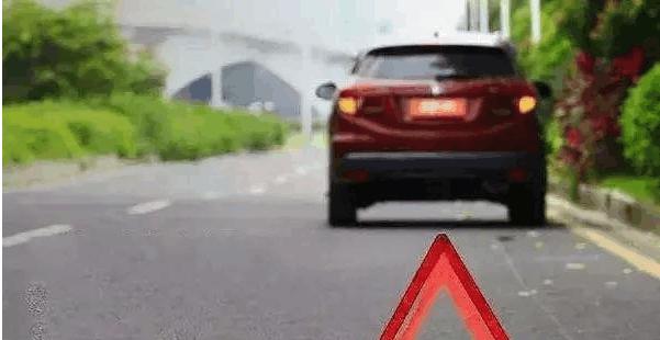 行驶在高速路上遇石头块, 是躲, 还是撞?