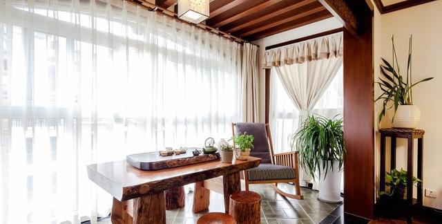 客厅阳台经过改造后,顶部呈遮蔽状,但是保留开阔的视野,摆放木质茶台