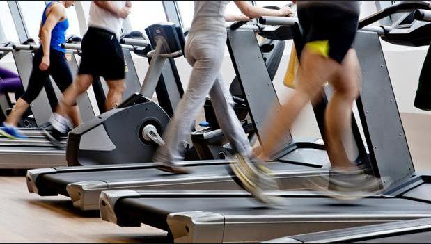 4、禁止跑步时接打电话,失去重心掉下跑步机时有发生。