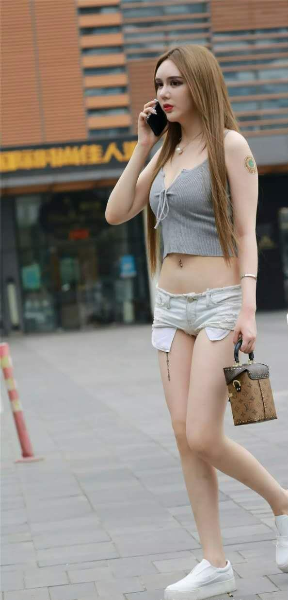 美女怎么日屄视频播放_街拍:光艳逼人的美女,一件白色的短袖配卡其短裤,时尚