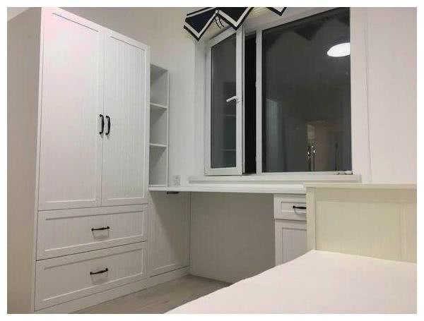 在卧室里面,也是不能缺少衣柜的,在衣柜的这个角落,还有一个书桌的图片