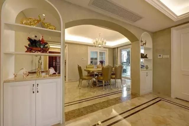 客厅与餐厅之间做了弧形小拱门隔断,两侧设计成酒柜和展柜,美观实用且