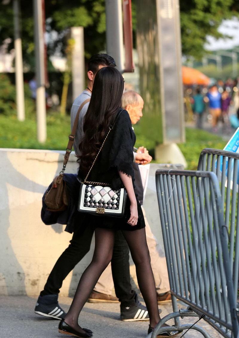 街拍: 外国人身边的黑丝美女, 一米八大长腿太吸睛